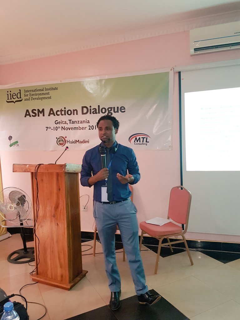 @fittwittar of @IIED explaining about the #LLG  formation  #TZASMGeita17 dialogue #Wachimbajiwadogoniwachimbajipia #Asmdialogue #TZ https://t.co/rH4UHjyYDG